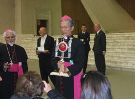 聖遺物を紹介する岡田大司教