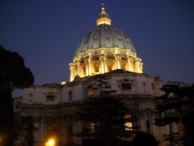 夕暮れの聖ペトロ大聖堂のドーム