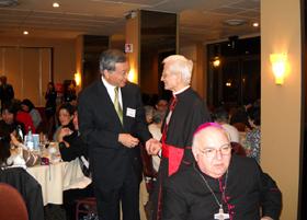 上野大使(左)とファリーナ枢機卿(右)手前カステッロ教皇大使