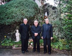 左から内山賢次郎神父、白柳枢機卿、故塚本伊和男神父(八王子ルルド前)