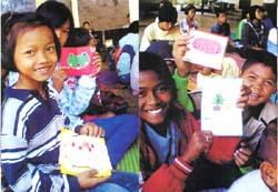 聖母女学院中学生のお便りカードに喜ぶスリンのスラムの奨学生たち