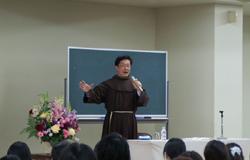 講話をするみょうじょう幼稚園 園長 松本巖神父