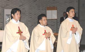 左から山内保徳新司祭、柴田潔新司祭、中井淳新司祭