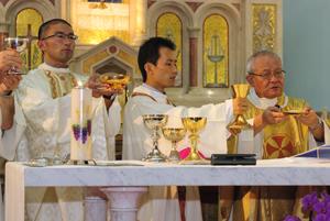 左から北川大介新司祭、眞田登美彦新助祭、司式の溝部脩司教