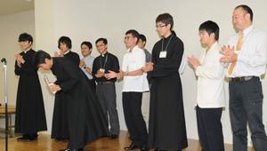 懇親会で挨拶をする教区・修道会の神学生
