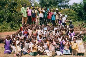 皆様が送って下さいました手帳や歯ブラシが子供たちの心に喜びと平和を注いでくれました。
