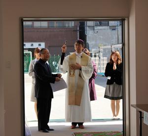 写真(左)本所幼稚園園長酒井俊雄神父 (中央)幸田和生司教
