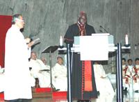 写真中央:ロベール・サラ枢機卿(教皇庁開発援助促進評議会議長)