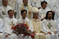 写真前例左よりマリオ神父、野田新司祭、岡田大司教、準管区長瀬戸高志神父