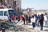 被災された外国人宅の前で祈るソリダリティーミッションに参加したミッショナリたちの姿