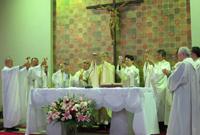 写真左端 蒲田教会主任 門馬邦男神父