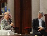左から加賀乙彦氏、岡田武夫大司教