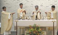 左端アルン・プラカシュ・デソーザ新司祭、右端小暮康久新司祭