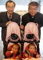 参加者最年少。避難家族の双子赤ちゃん。幸田司教と東京避難家族支援団体の「きらきら星ネット」のスタッフ