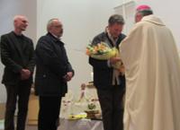 カリタスアメリカとカリタスドイツの代表にお礼の花束を渡す