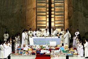 祭壇を囲むように奉納物「信頼と希望の舟」が並ぶ